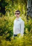 Hombre joven en gafas de sol al aire libre Imagen de archivo libre de regalías