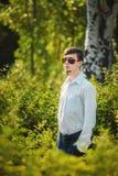 Hombre joven en gafas de sol al aire libre Imágenes de archivo libres de regalías