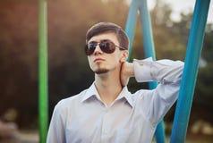Hombre joven en gafas de sol al aire libre Fotografía de archivo libre de regalías