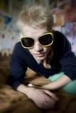 Hombre joven en gafas de sol divertidas Fotos de archivo libres de regalías