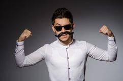 Hombre joven en gafas de sol negras foto de archivo libre de regalías