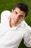 Hombre joven en hierba Imagen de archivo
