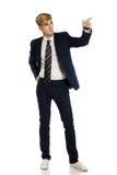 Hombre joven en juego que señala al espacio de la copia Fotos de archivo libres de regalías