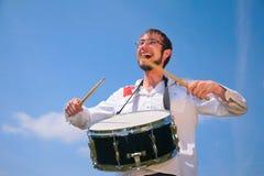 Hombre joven en juegos de los vidrios en el tambor Imagen de archivo libre de regalías