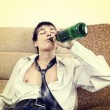 Hombre joven en la adicción al alcohol Fotografía de archivo