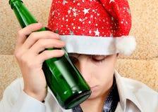 Hombre joven en la adicción al alcohol Imagen de archivo