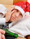 Hombre joven en la adicción al alcohol Imágenes de archivo libres de regalías