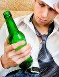 Hombre joven en la adicción al alcohol Fotos de archivo