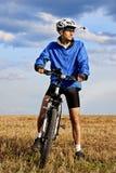 Hombre joven en la bici de montaña Imagen de archivo libre de regalías