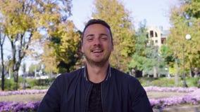 Hombre joven, en la calle en parque colorido del otoño metrajes