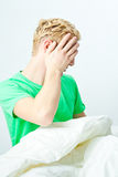 Hombre joven en la cama, intentando dormir Fotografía de archivo