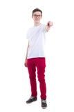 Hombre joven en la camiseta blanca que señala en algo aislado en whi Foto de archivo