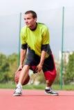 Hombre joven en la cancha de básquet que gotea con la bola Fotografía de archivo