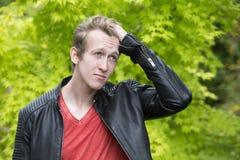 Hombre joven en la chaqueta de cuero Imagen de archivo