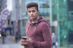 Hombre joven en la ciudad Fotos de archivo libres de regalías