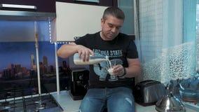 Hombre joven en la cocina almacen de metraje de vídeo
