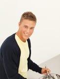 Hombre joven en la cocina Fotografía de archivo libre de regalías
