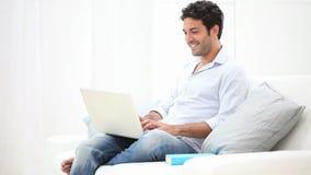Hombre joven en la computadora portátil almacen de metraje de vídeo