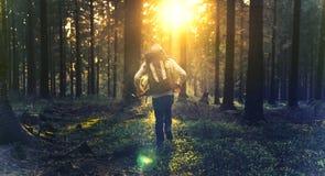 Hombre joven en la más forrest silencioso con luz del sol Fotografía de archivo libre de regalías