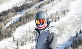 Hombre joven en la montaña en un centro turístico en Colorado listo para esquiar foto de archivo libre de regalías