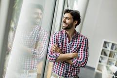 Hombre joven en la oficina Imagen de archivo