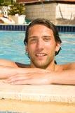 Hombre joven en la piscina Fotografía de archivo