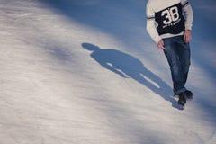 Hombre joven en la pista de hielo Fotos de archivo libres de regalías