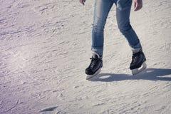 Hombre joven en la pista de hielo Fotos de archivo