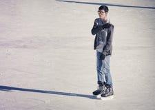 Hombre joven en la pista de hielo Foto de archivo
