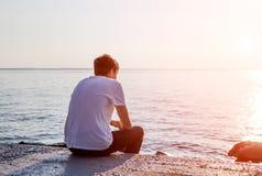 Hombre joven en la playa Fotos de archivo libres de regalías
