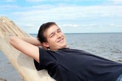 Hombre joven en la playa Imagenes de archivo