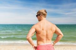Hombre joven en la playa del verano Foto de archivo libre de regalías