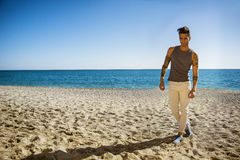 Hombre joven en la playa en Sunny Summer Day Fotos de archivo