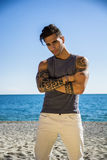 Hombre joven en la playa en Sunny Summer Day Imágenes de archivo libres de regalías