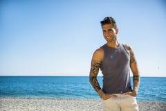 Hombre joven en la playa en Sunny Summer Day Imagenes de archivo
