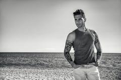 Hombre joven en la playa en Sunny Summer Day Fotografía de archivo