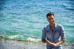Hombre joven en la playa en Sunny Summer Day foto de archivo