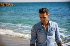 Hombre joven en la playa en Sunny Summer Day Foto de archivo libre de regalías