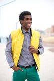 Hombre joven en la ropa colorida que se coloca al aire libre Fotografía de archivo libre de regalías