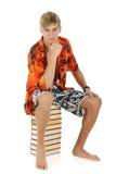 Hombre joven en la ropa del verano, libros Fotos de archivo libres de regalías