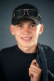 Hombre joven en la ropa negra, sonriendo Foto de archivo libre de regalías
