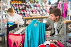 Hombre joven en la tienda de ropa del deporte Imagen de archivo libre de regalías