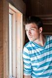 Hombre joven en la ventana foto de archivo libre de regalías