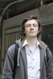 Hombre joven en las calles fotos de archivo