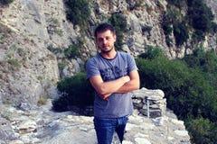Hombre joven en las montañas Fotos de archivo libres de regalías