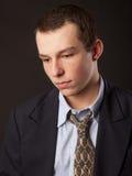Hombre joven en lazo y chaqueta fotos de archivo