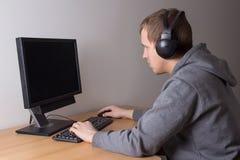 Hombre joven que juega a un videojuego Fotografía de archivo libre de regalías