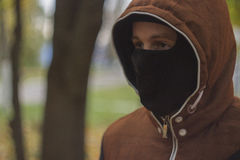 Hombre joven en máscara fotos de archivo