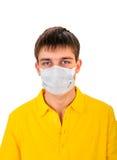 Hombre joven en máscara de la gripe Foto de archivo