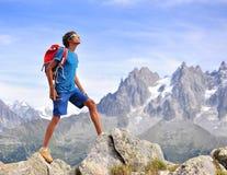 Hombre joven en montañas Imagen de archivo libre de regalías